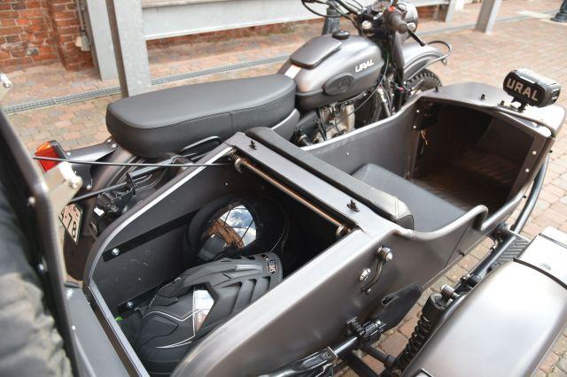 側車のトランクは、大きめのヘルメットが2個入る広さ。人が乗るスペースにも荷物を置ける。これで足りなければトランクの上に荷物を載せるキャリアも取り付けられる=中川仁樹撮影