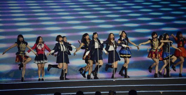 日本でもヒットした「フライングゲット」を歌う、7グループの合同メンバー=2019年1月、バンコク
