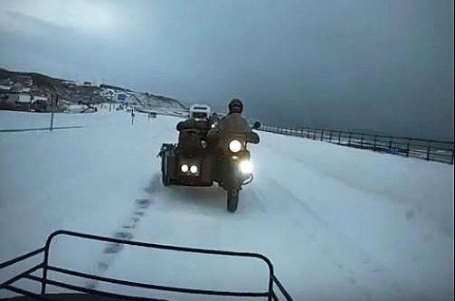 北海道の雪道を走るウラルのサイドカー。1輪駆動でも悪路に強いのですが、さらに側車の車輪を駆動輪にする2輪駆動にもなるため、相当な悪路でも大丈夫です。小樽から宗谷岬まで問題なく駆け抜けました=ウラル・ジャパン提供の動画から