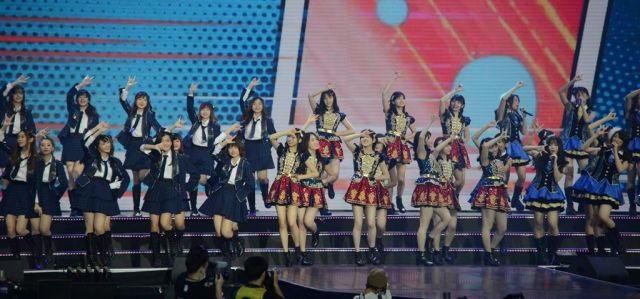 それぞれのグループが違う衣装でパフォーマンスを披露した。真ん中の赤い衣装がAKB48=2019年1月、バンコク