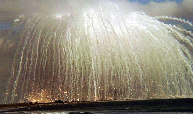 米空軍のGPS衛星を搭載したデルタ2型ロケットが打ち上げ直後に爆発し、大量のゴミとなった部品が地上に降り注いだ=1997年1月17日、米フロリダ州のケープカナベラル空軍基地