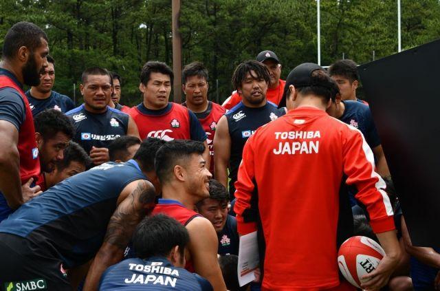 練習中に全員で映像を確認するラグビー日本代表の選手ら。様々な国出身の選手で構成されているのが特徴だ=2018年5月