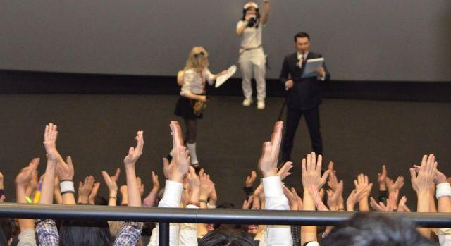 「成田ウェンブリー」と言われた成田HUMAXシアターでは、佐藤マイアミさんと成田ロジャ子さんが前説で応援やスタンディングの練習をやっていた=2019年2月2日