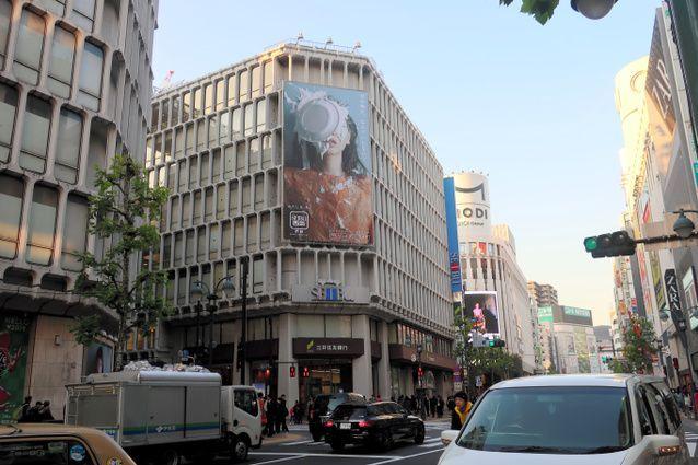 俳優の安藤サクラさんの顔にパイが投げつけられているそごう・西武の広告=東京都渋谷区の西武渋谷店