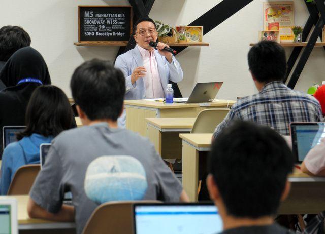 ネットいじめをテーマにしたN高校の特別授業。生徒はパソコンを前にスマイリーキクチさんの話に聴き入った=2018年6月、東京都渋谷区