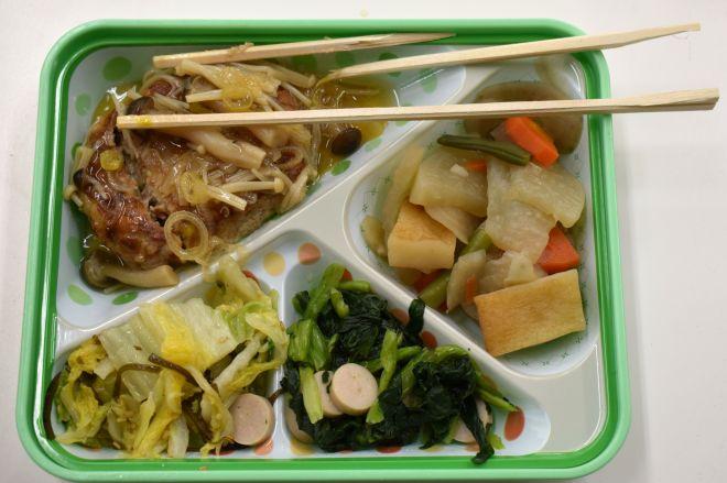 横浜市立中学校で食べられている「ハマ弁」。ハンバーグが硬く割りばしが折れた
