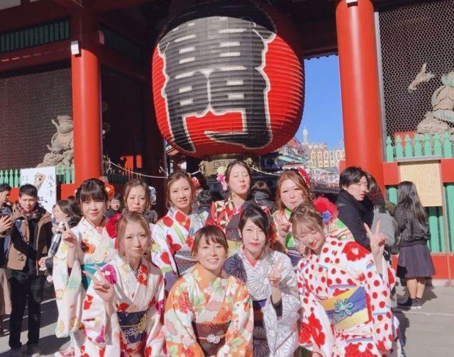 「ママ高」最終回を迎えた昨年12月、メンバーたちはレンタル品の着物を身につけ、東京・浅草を観光した。雷門の前で満面の笑顔を見せる。