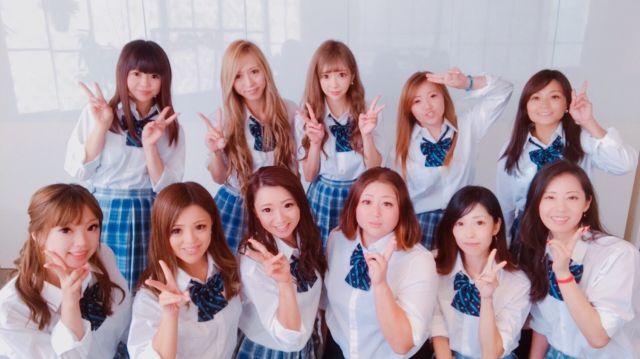 日菜さんが主宰する育児セミナー「ママ高」メンバーの母親たち。毎回、学校の制服を着て参加した。後列中央が日菜さん。