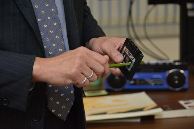 鉛筆に少し角度をつけてテープを巻くことで、より素早くテープを巻ける