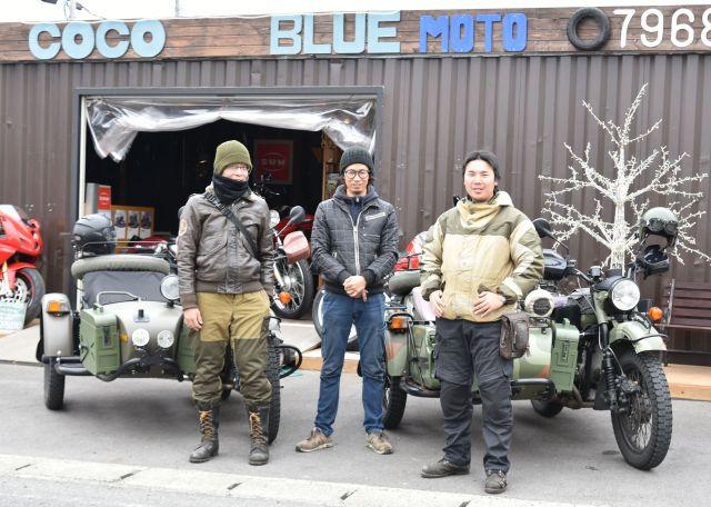 堀内さん(右)と稲垣さんと、ウラルの取り次ぎをしている愛知県江南市のオートバイショップ「COCO BLUE」の中村隆行店長=中川仁樹撮影