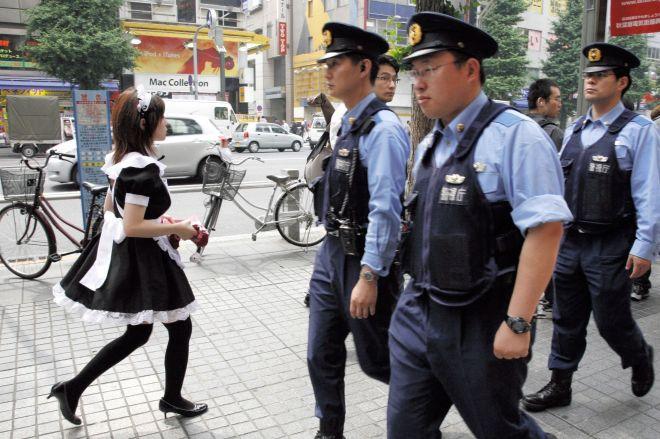 無差別殺傷事件が起きた秋葉原の電気街で見回りをする警察官=2008年6月、細川卓撮影