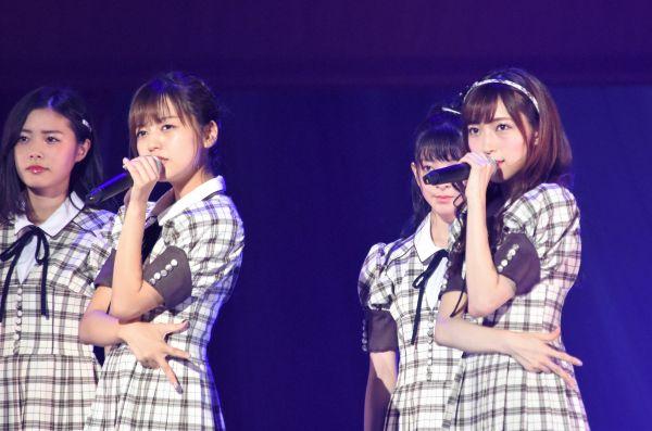 事件前、ステージ上でパフォーマンスをするNGT48の山口真帆さん(右)=昨年9月、日本武道館