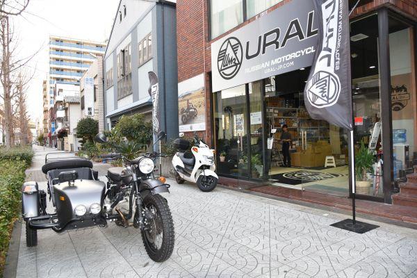大阪市にあるウラル・ジャパンの店舗。販売が好調のため、展示車両はわずかしかありませんでした