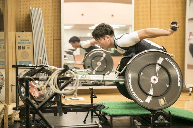 元ラグビーU20日本代表の佐々木選手はいま大島氏の支援を受けながら、車いす陸上のトレーニングを積み世界を目指している