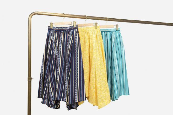 明治ザ・チョコレートのパッケージに描かれたモチーフを模様としてアレンジしたスカート