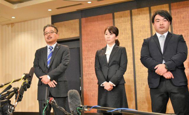 一連の問題について説明するAKS幹部。(左から)松村匠取締役、早川麻依子・新NGT48劇場支配人、岡田剛・同副支配人=2019年1月14日、東京都千代田区