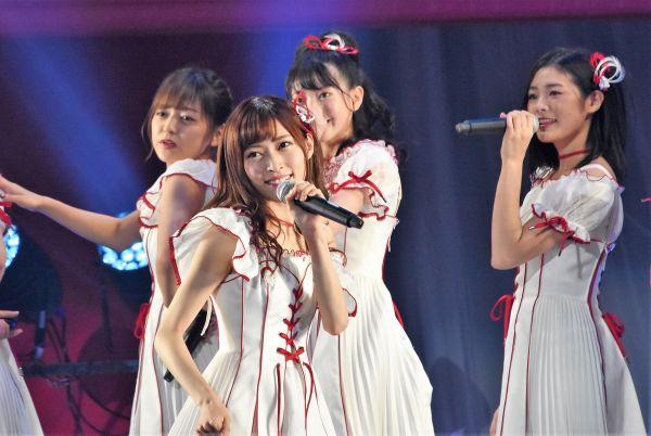 事件前、ステージ上でパフォーマンスをするNGT48の山口真帆さん(中央)=昨年9月、日本武道館