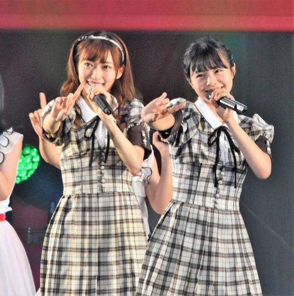 事件前、ステージ上でパフォーマンスをするNGT48の山口真帆さん(左)=昨年9月、日本武道館