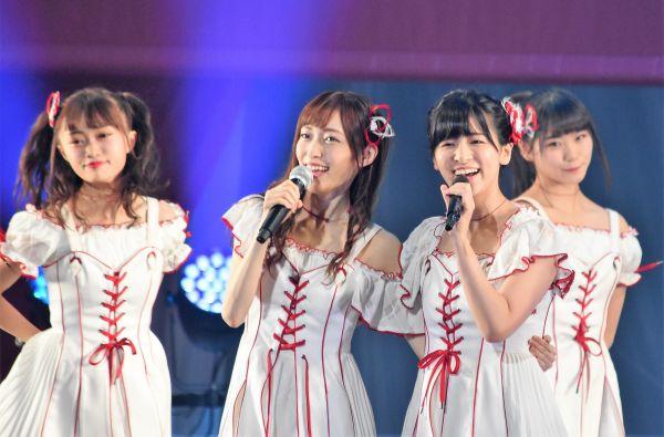 事件前、ステージ上でパフォーマンスをするNGT48の山口真帆さん(中央左)=昨年9月、日本武道館