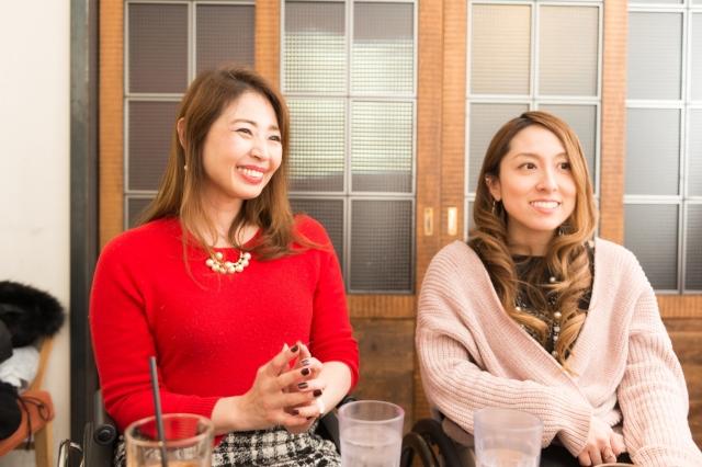 梅津絵里さん(左)と中嶋涼子さん