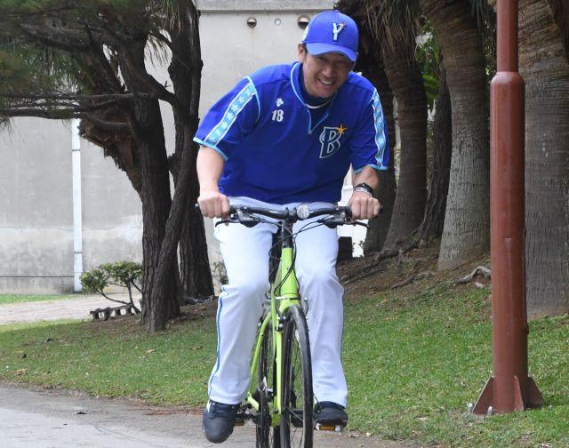 黄緑色の自転車で疾走する三浦大輔投手コーチ