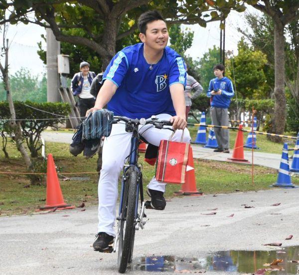 ブルペンでの練習後、自転車で離れる山崎投手