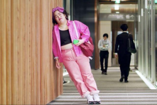 ドピンクの衣装の芸人のゆりやんレトリィバァさん