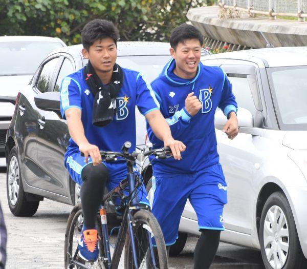 自転車で移動する今永投手と並走する上茶谷投手