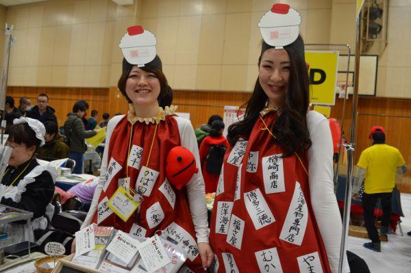 「明太子マニア」の田口めんたいこさん(左)たち