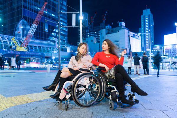 中嶋涼子さん(左)と梅津絵里さん