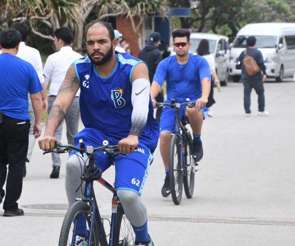 エスコバー投手(手前)とバリオス投手も自転車で移動