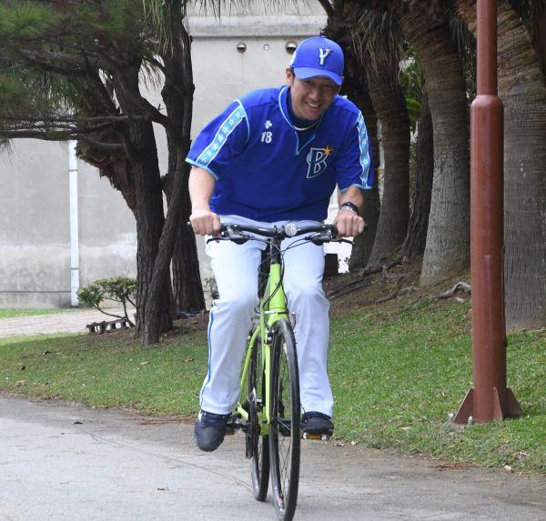 疾走する三浦投手コーチ