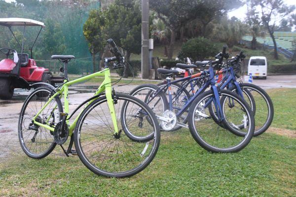 黄緑色の1台は三浦投手コーチの自前。レンタサイクルと並ぶと目立つ