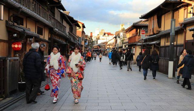 お茶屋が並ぶ、京都・祇園の花見小路通=2月2日