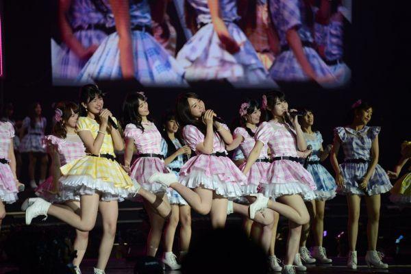 AKB48と姉妹グループ計7組が一堂に会してライブを披露した=2019年1月、バンコク