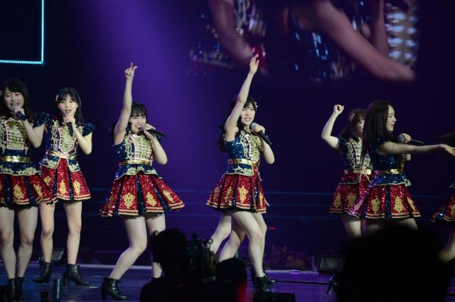 AKB48のメンバーが登場すると、会場から大きな歓声が上がった=2019年1月、タイ・バンコク