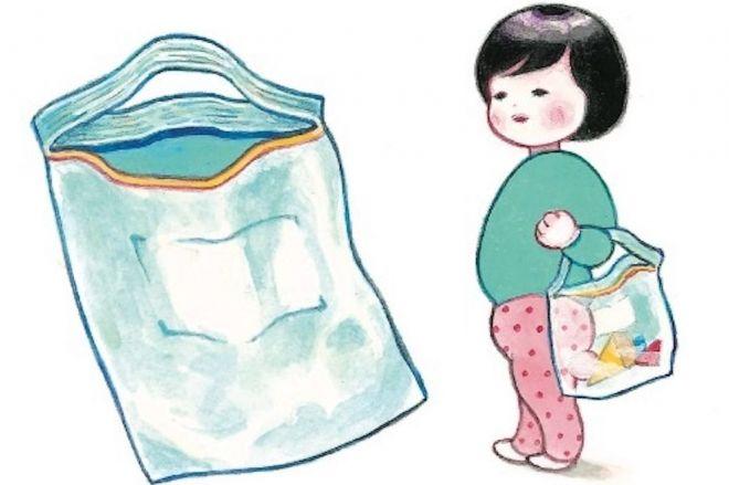 赤ちゃんの謎行動「フリーザーバッグをバッグにする」=minchiさん提供