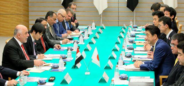 イラクのアバディ首相(左端)との首脳会談に臨む安倍晋三首相。外務省職員(左手前から2番目)がアバディ氏の通訳を務めた。アラビア語通訳の場合、相手側の通訳を務めることも多いという=2018年4月5日、首相官邸、岩下毅撮影