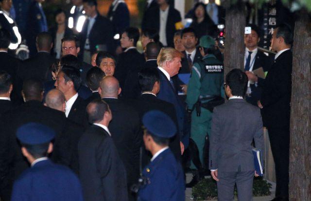 2017年11月、トランプ米大統領(中央右)が来日し、安倍晋三首相(同左)とともに東京・銀座の鉄板焼き店に赴いた=越田省吾撮影