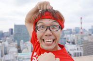 沖縄を拠点に、時事ネタも芸能ネタも笑いを交えて斬る「せやろがいおじさん」=瀬戸口翼撮影