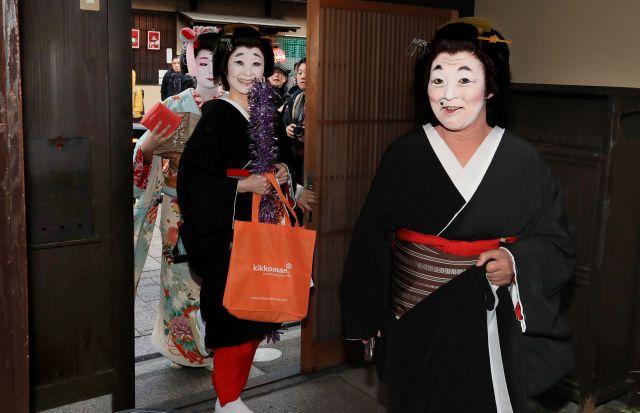 お茶屋に到着した(右から)福葉さん、まめ弥さん、実佳子さん=2月2日