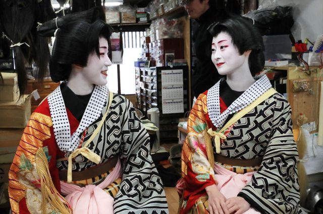 おそろいの衣装がお似合いのまめ柳さん(右)と恵里葉さん=2月2日