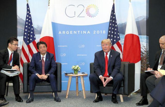 安倍晋三首相(中央左)とトランプ米大統領との首脳会談。通訳を担う外務省職員(左端)が注意深くトランプ氏の発言を聞いていた=2018年11月30日、ブエノスアイレス、岩下毅撮影