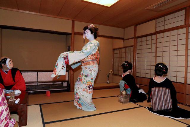 実佳子さんが舞う中、後ろ向きのまま座敷に入る2人=2月2日