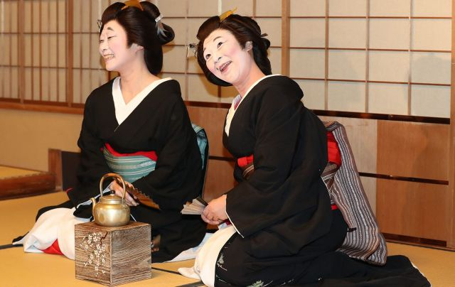 振り向いた福葉さん(右)とまめ弥さん。その瞬間に、大爆笑=2月2日