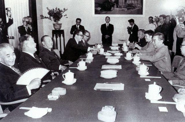 1972年9月、北京の迎賓館で開かれた日中首脳会談。田中角栄首相(左手前から3人目)と周恩来首相(右)が国交正常化について話し合った