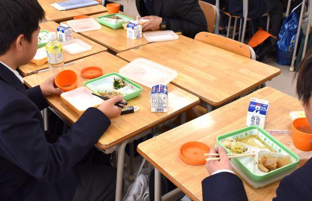 横浜市立中で開かれた「ハマ弁」試食会では、昼食時間の終わりが近づいても、教師や生徒が食べ続けていた=同市鶴見区、高野真吾撮影