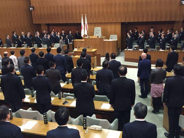 本会議場で横浜市歌を歌う市議ら。毎年最初の定例会初日に、森鷗外作詞の市歌を歌っている=2019年1月28日、高野真吾撮影