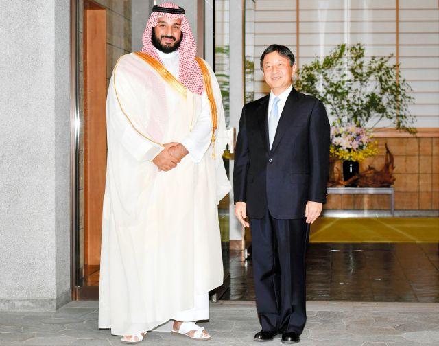 来日したサウジアラビアのムハンマド副皇太子(当時)を出迎えられる皇太子さま=2016年9月2日、東京・元赤坂の東宮御所、代表撮影