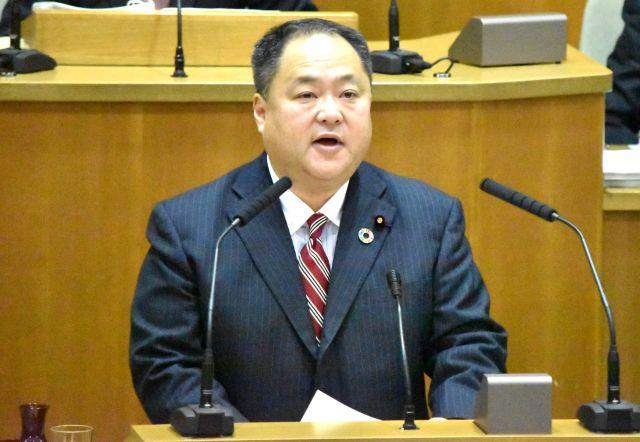 横浜市の本会議場壇上で質問する横山正人市議=同市中区、高野真吾撮影